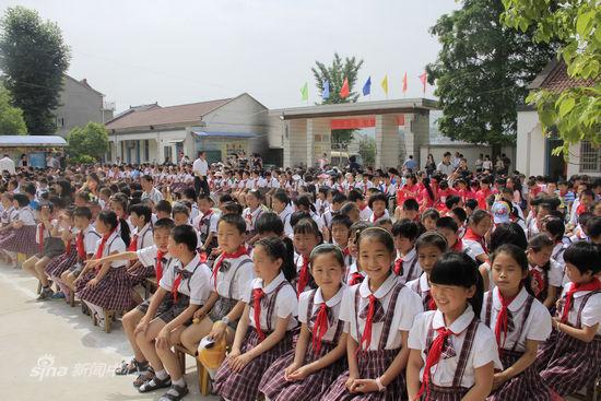 孩子们开心的等待海尔工作人员