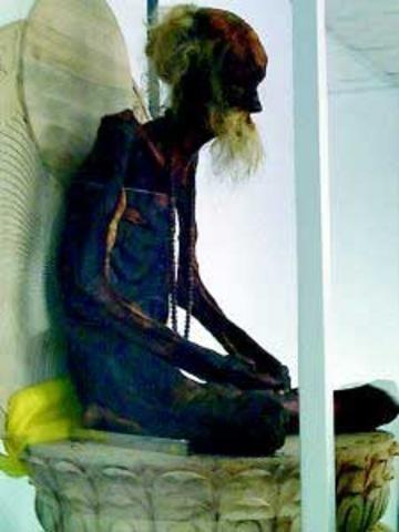 吴云青的肉身被放到一个玻璃棺内。