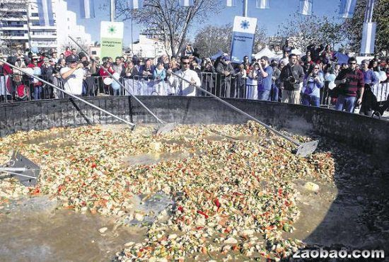 阿根廷拉普拉塔居民制作出的世界最大份鸡肉饭。