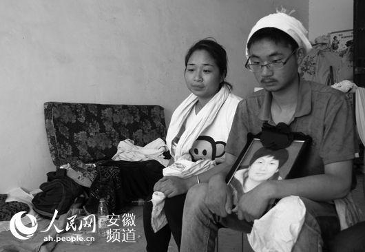 6月9日中午,母亲出殡后,李振扬仍一直抱着遗像