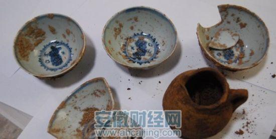 该墓共出土青花瓷碗4件,釉陶执壶1件