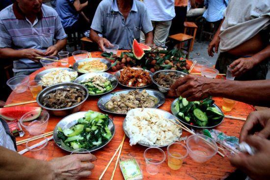 广西玉林部分市民提前聚餐吃狗肉过夏至节