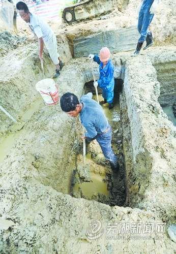 工作人员正在现场清理淤泥