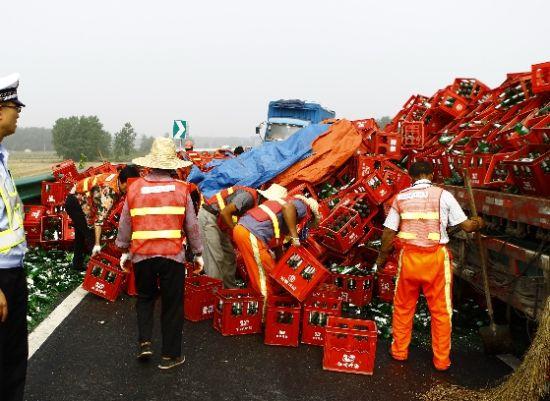 4000箱啤酒瓶高速上倾覆堵路