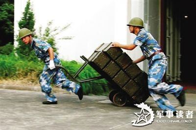 解放军从仓库推出弹药(资料图片)