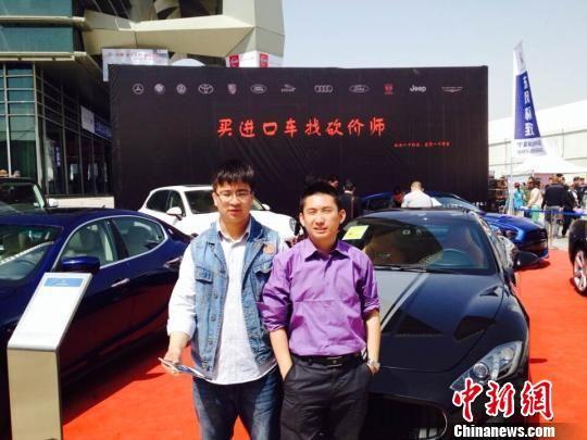 创业期间,王波(左)经常奔波于汽车展会。 马义恒 摄