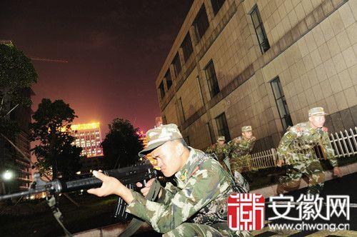 荷枪实弹的武警战士正在进行模拟训练