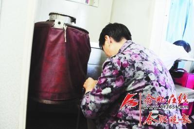 老式保温桶为旅客提供开水