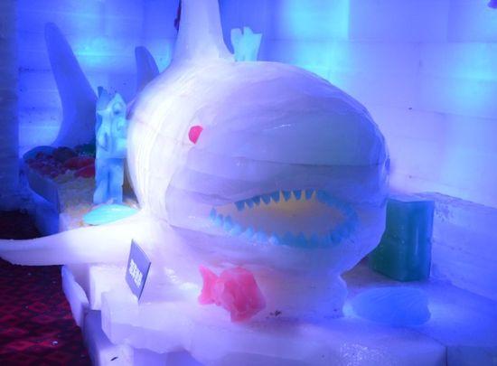 冰雕,作为我国北方流行的一种传统民间艺术,深深打动着这些地处江淮的市民的心灵。 据了解,创作此次冰雕展的大师们,各个身怀绝技,曾在国内外多个比赛中拿过大奖。哈尔滨冰雕协会副会长鲍松告诉记者,因为是在夏季展示冰雕技艺,想要体现冰雕作品的细腻成度,就要要求大师们的雕刻手法都非常细致,在灯光的反衬下甚至都可以看清楚雕刻的纹路。在创作的大型冰雕建筑中,还采用了罕见的镶嵌创新手法,完全的手工制作,所以看起来也就更加立体、逼真。