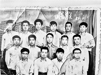 冀文林(三排右一)走出凉城前的同学合影,此后同学们与他再无联系