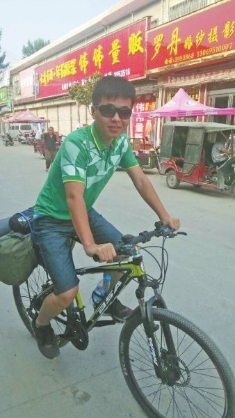 骑行在路上的杨坤