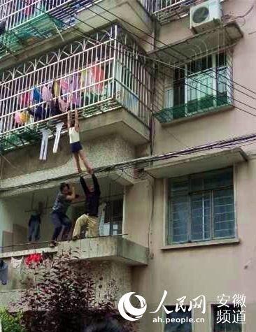 网友拍摄的救助女童照片