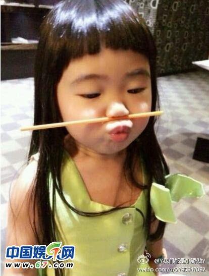 近日,有网友曝光了一张曹格女儿亲Kimi的旧照,称:哎呦我的天哪,姐姐,那么开心啊!照片中,曹格女儿和Kimi坐在餐座前,桌上放着诱人的汤圆,曹格女儿非常大方的转身亲吻Kimi脸颊,而Kimi则相当享受的接受小美女的亲吻,露出美美的笑容,看来曹格女儿和Kimi真是两小无猜。 曹格女儿Grace亲吻Kimi