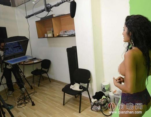 也有一位智利的美女记者掀衣播报世界杯