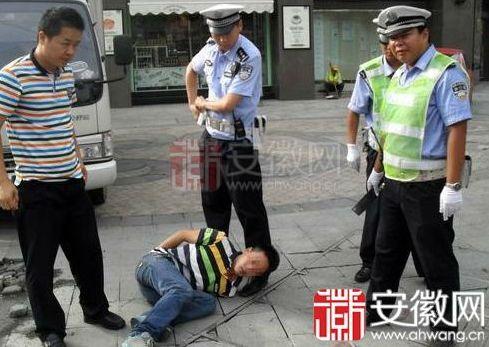 芜湖男子闹市区持刀称要报复社会 民警脱衣夺刀