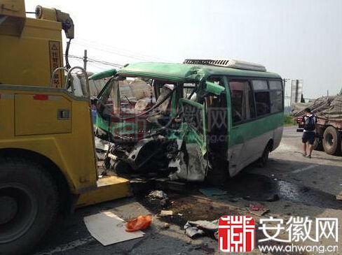 农班车与大货车相撞事故现场