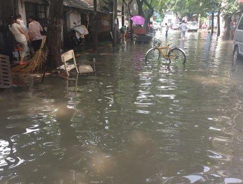 合肥明光路戴安桥巷积水严重 上百户居民家进水