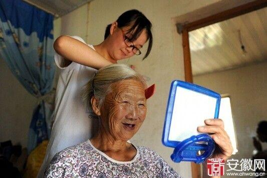 春燕正在给奶奶梳头