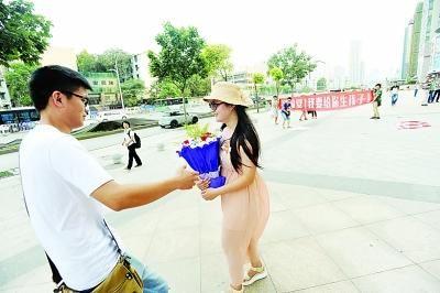 昨日17时25分,武昌中北路东亭街头,一名自称郑姓的男子出现在吴女士面前。记者苗剑 摄