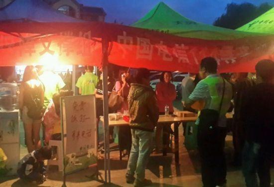 中国电信在鲁甸县12个乡镇搭建起了便民服务点灯火通明