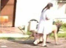 """美国女子街头用皮带栓全裸男友""""遛弯""""吓坏路人"""