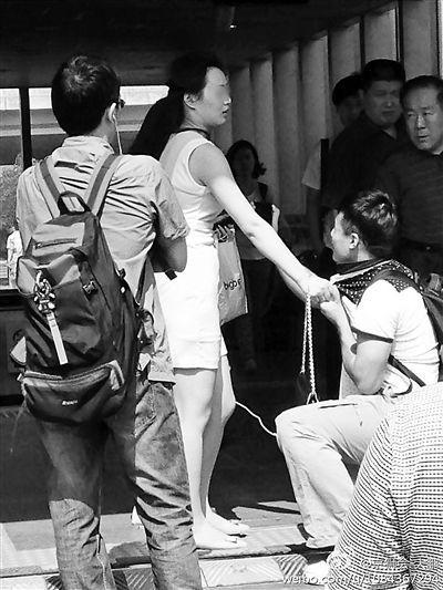 男子偷拍女乘客被抓,跪地求饶