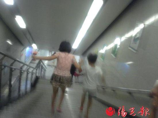 小女孩和同伴一起下地铁 左侧女孩为当事女孩