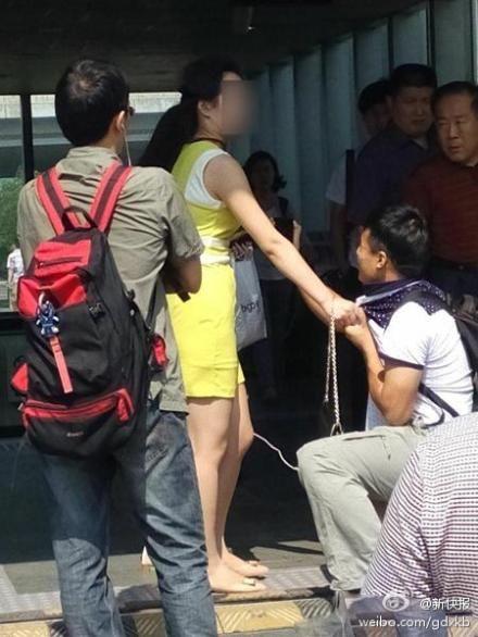 男子地铁中偷拍女乘客被抓 跪地求饶
