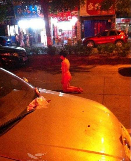 8月3日晚,一名30多岁的女子,仅穿一条红内裤,裸身出现在莆田凤凰路上。这名女子跪在马路中间,低头不语。这一举动引起市民纷纷猜测。