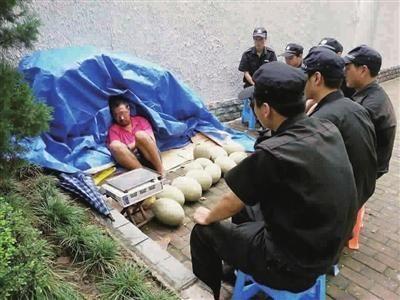 昨天下午,有人在浦北路寿益坊小区对面的人行道乱设摊卖水果!