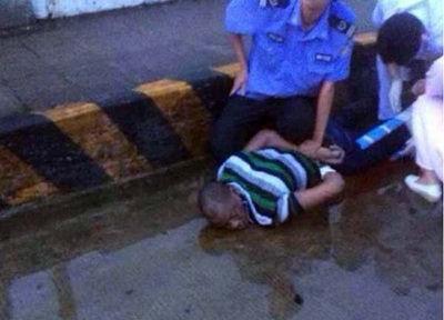 持刀追砍路人的外籍男子被警方制服并送医院救治