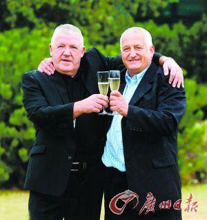 塞巴(左)与好友庆祝获奖。