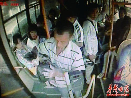 上车后,男子不停摆弄手里的黑色塑料袋。