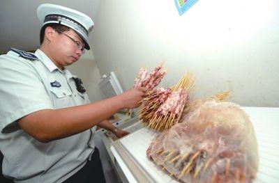 """冰箱里有大批已串好的""""羊肉串"""""""