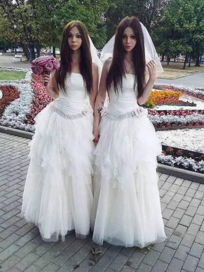 两位新人均着婚纱出席婚礼