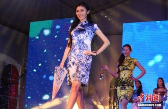 地球小姐大赛上海举行 众佳丽同台争艳