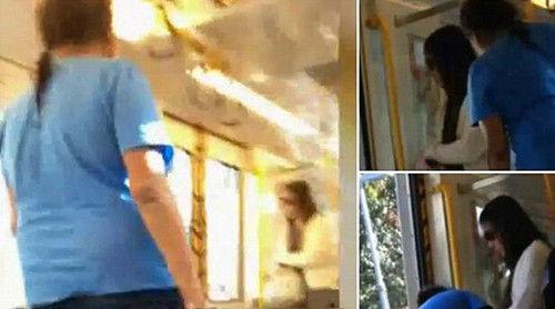 澳洲妇女(蓝衣)公交车上无端辱骂亚裔乘客。