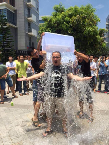 同步推CEO熊俊接受冰桶挑战 为ALS项目捐款