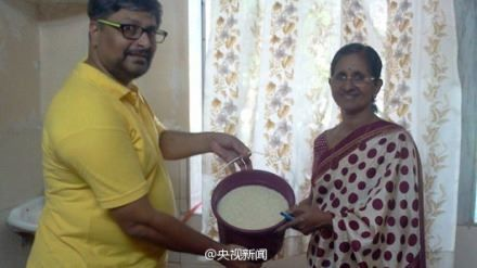 """印度发起""""米桶挑战"""":向贫民提供一桶米"""
