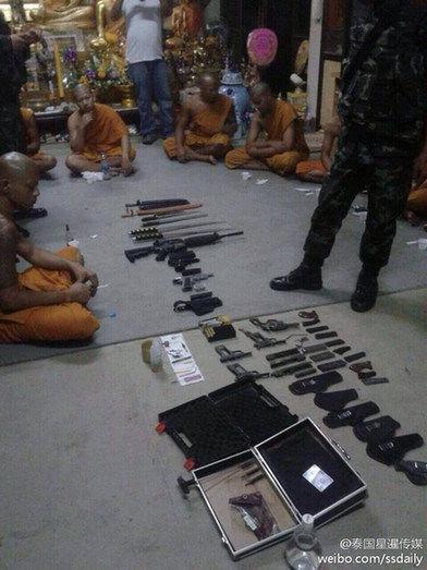 此前,泰国一寺庙里查获枪支弹药,黄色碟片等。(图片来源:泰国媒体)