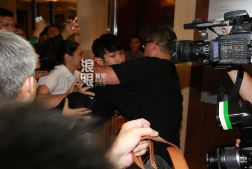 8月29日0时许,台湾艺人柯震东吸毒拘留期满获释,其身着黑色外衣抵达酒店,遭现场媒体、粉丝围堵。柯震东全程深情凝重行色匆匆。郑福德、冯科/图