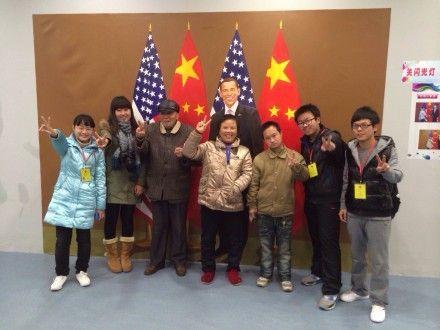 """安徽大学春晖社志愿者、公益服务对象与""""奥巴马""""的合影"""