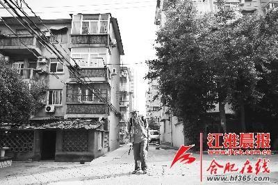 92岁的吴天雄老人背着书包去科大上学,胸前挂着老伴给他办的公交卡