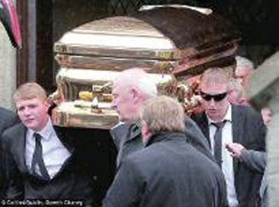 爱尔兰黑帮老大镀金棺材下葬 或因不交保护费被杀