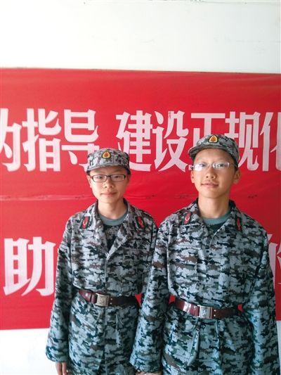 徐路桥(左)和周裕人(右)在北师大军训上合影。