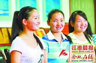 共同献爱心的三胞胎姐妹。