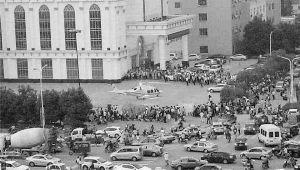 直升机降落在盐城大丰市区,引起人们围观 杨兵 摄