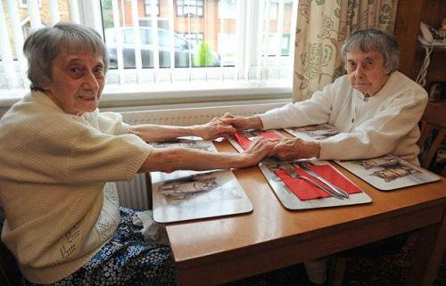 两人在一起同吃同住了90年