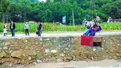 村民建滑索送孩子上学