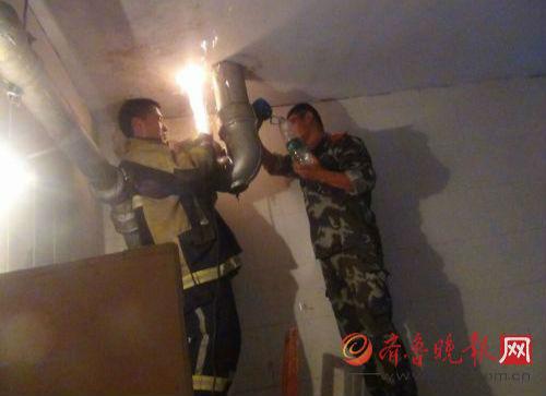 消防员破拆下水道